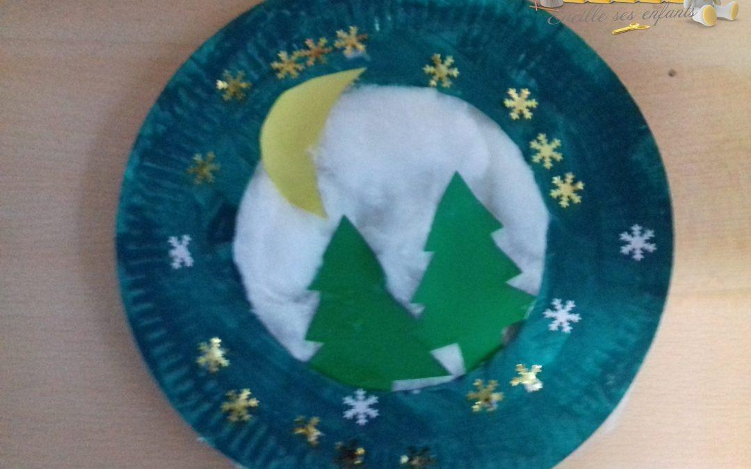 Décoration de Noël, un paysage de Noël avec des assiettes en carton
