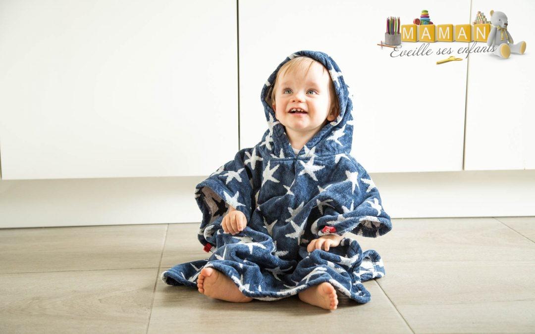 Un bébé au sec avec la serviette de plage avec capuche FRUGI de chez Happy Hippy Baby
