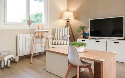 Une chaise haute en bois : les repas du Little au naturel avec la chaise haute Lili de Combelle, chez Berceau magique