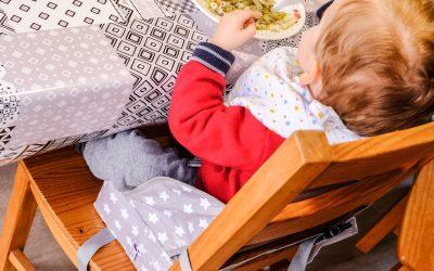 Pour des repas avec les grands avec le rehausseur de chaise BabyToLove