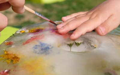 Activité sensorielle de saison : Exploration du monde et de la matière avec la peinture sur glaçon de fleurs !